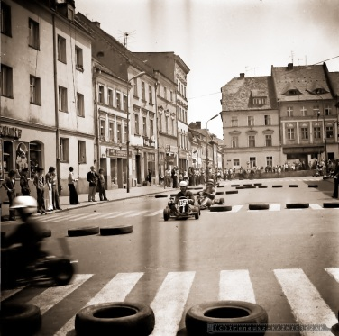 Gokarty na rynku w Oleœnicy-1975.