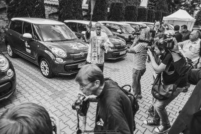 Ceremonia poœswiecenia prze Kard. Kazimierza Nycza samochodów uzyczonych przez FCA Poland do obs³ugi centrów prasowych podczas ŒDM_30.06.2016_FOT_IRENEUSZ KAMIERCZAK.