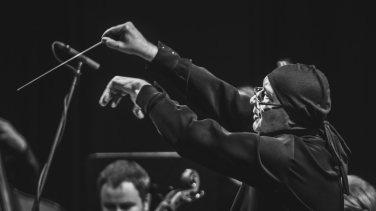 DYRYGENT MAREK MOS_AUKSO - Orkiestra Kameralna Miasta Tychy_2016_Fot_Ireneusz KAZMIERCZAK.