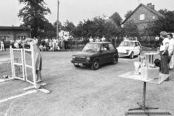 GINKANA_POLSKI FIAT 126p_Tychy_14-07-1985_FOT_IRENEUSZ KAMIERCZAK_Pracownicy FSM maj¹cy samochód Polski Fiat 126p mogli spróbowac swoich si³ i umijêtnoœci w wyœcigowej konkurencji samochodowej zwanej we W³oszech GINKANA. Konkurs prowadzi³ pracownik FIATa W³och Ugo Tedesco.