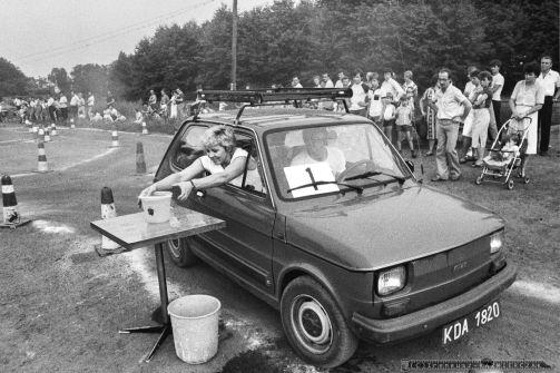 GINKANA_POLSKI FIAT 126p_Tychy_14-07-1985_FOT_IRENEUSZ KAZMIERCZAK_Pracownicy FSM maj¹cy samochód Polski Fiat 126p mogli spróbowac swoich sil i umijêtnosci w wyscigowej konkurencji samochodowej zwanej we W³oszech GINKANA. Konkurs prowadzi³ pracownik FIATa W³och Ugo Tedesco.