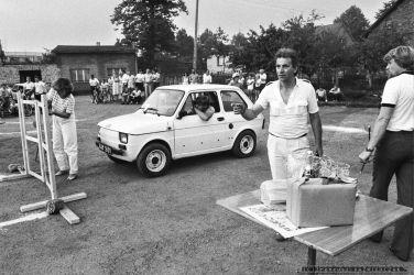 GINKANA_POLSKI FIAT 126p_Tychy_14-07-1985_FOT_IRENEUSZ KAZMIERCZAK_Pracownicy FSM maj¹cy samochód Polski Fiat 126p mogli spróbowac swoich si³ i umijêtnoœci w wyœcigowej konkurencji samochodowej zwanej we W³oszech GINKANA. Konkurs prowadzi³ pracownik FIATa W³och Ugo Tedesco.
