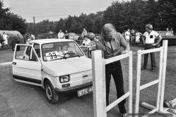 GINKANA_POLSKI FIAT 126p_Tychy_14-07-1985_FOT_IRENEUSZ KAZMIERCZAK_Pracownicy FSM maj¹cy samochód Polski Fiat 126p mogli spróbowac swoich sil i umijêtnoœci w wyscigowej konkurencji samochodowej zwanej we W³oszech GINKANA. Konkurs prowadzi³ pracownik FIATa W³och Ugo Tedesco.