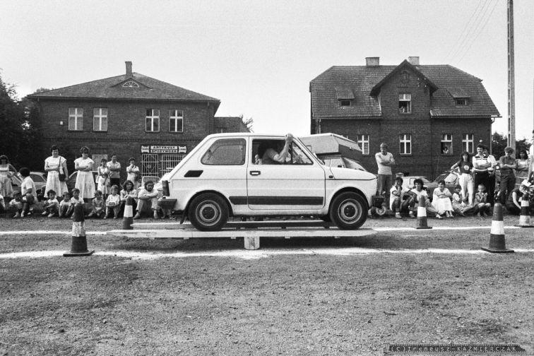 GINKANA_POLSKI FIAT 126p_Tychy_14-07-1985_FOT_IRENEUSZ KAZMIERCZAK_Pracownicy FSM maj¹cy samochód Polski Fiat 126p mogli spróbowac swoich sil i umijêtnosci w wyscigowej konkurencji samochodowej zwanej we l³oszech GINKANA. Konkurs prowadzi³ pracownik FIATa W³och Ugo Tedesco.