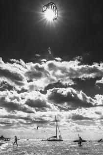 KITESURFER_SKY_SUN_JASTARNIA_FOTO_IRENEUSZ KAZMIERCZAK.