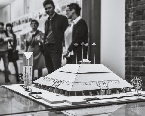 SACRUM W MIESCIE SOCJALISTYCZNTM_TYCHY_07-12-2018_FOT_IRENEUSZ KAZMIERCZAK_Kuratorem wystawy jest Patryk Oczko, kustosz w Dziale Sztuki Muzeum Miejskiego w Tychach_Na wystawie zaprezentowano kilkanaœcie koœcio³ów zaprojektowanych w okresie wielkiej budowy miasta (1951-1989) oraz obiekty wczeœniej istniej¹ce, które wesz³y w obrêb jego rozszerzaj¹cych siê granic. Ich autorami s¹ m.in. Stanis³aw Niemczyk, Bo¿ena i Janusz W³odarczykowie, Grzegorz Ratajski oraz Zbigniew Weber.