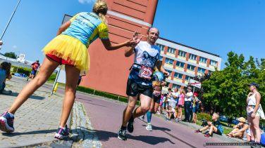 Start i meta VIII Tyskiego Polmaratonu zlokalizowane by³y obok hali sportowej w Tychach. Bieg ukoñczy³o 1.640 osób_01.09.2019_FOT_IRENEUSZ KAZMIERCZAK.